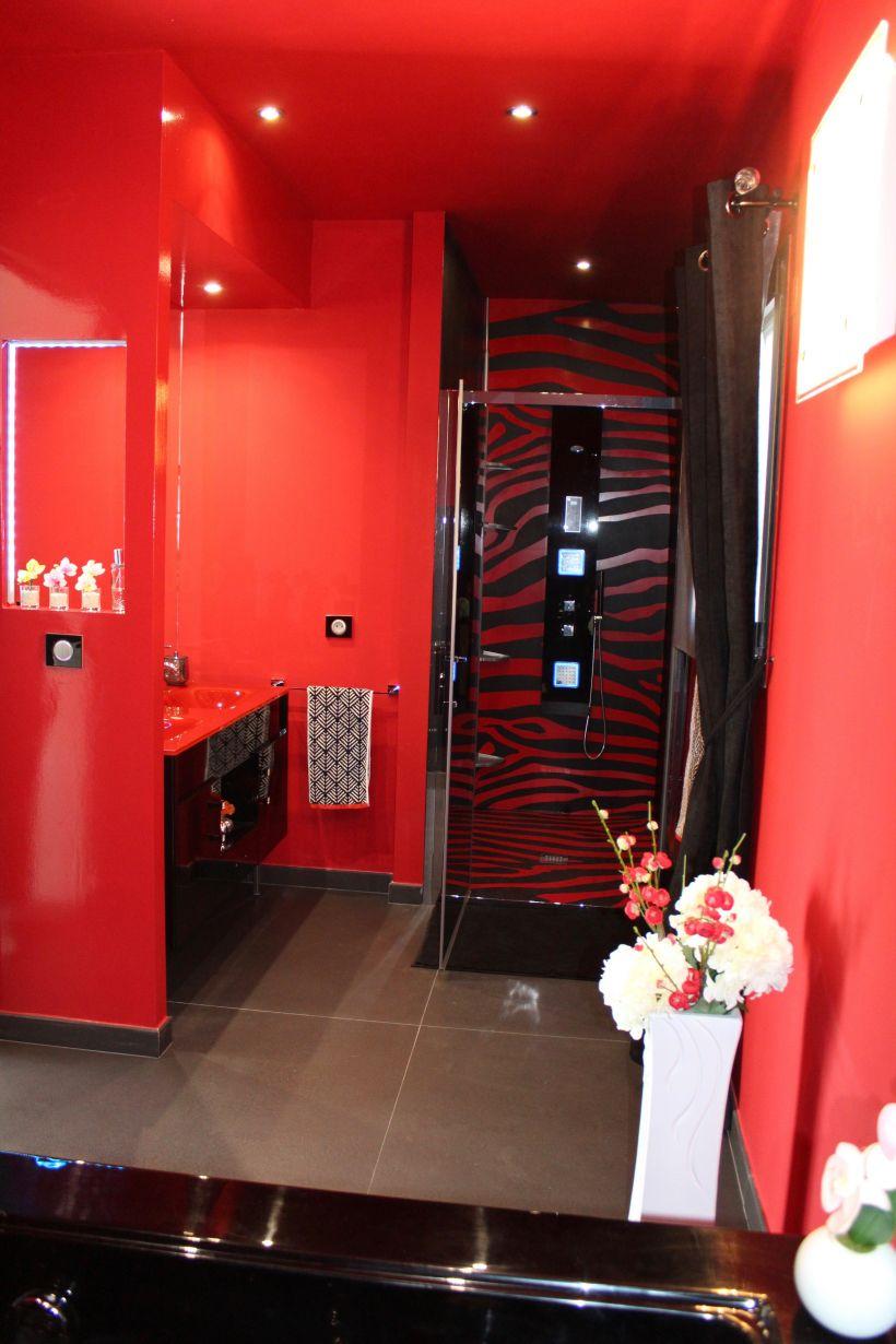 Création d\'une salle de bain dans un style Baroque rouge et ...