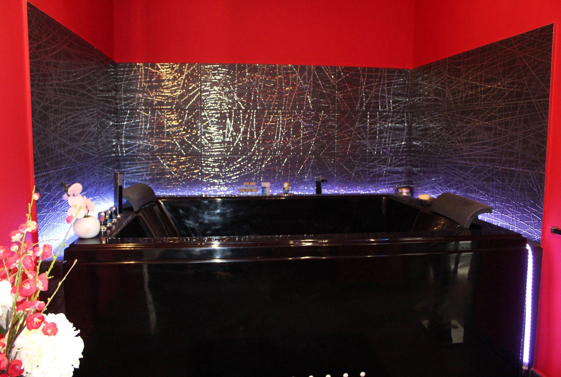 Création d\'une salle de bain dans un style Baroque rouge et noire à ...