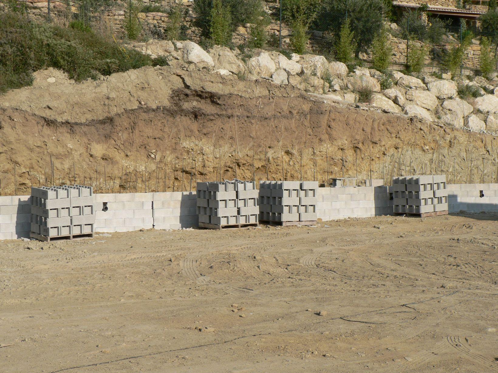 terrassement des fondations pour la cr ation d un mur de sout nement en agglo banch. Black Bedroom Furniture Sets. Home Design Ideas