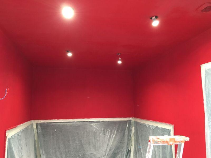 Cr ation d une salle de bain dans un style baroque rouge for Peinture par bain