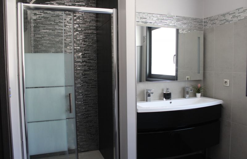 Rénovation de salle de salle de bain avec une douche à l ...